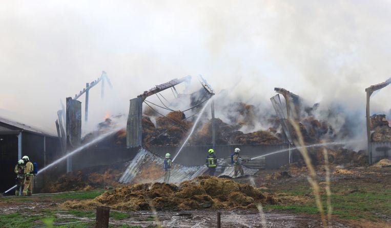 De brandweer kon de brand langs de achterzijde van de hoeve onder controle krijgen.