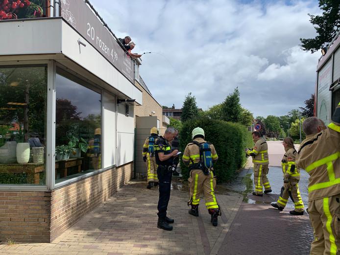Omwonenden probeerden de brand met een tuinslang te blussen.
