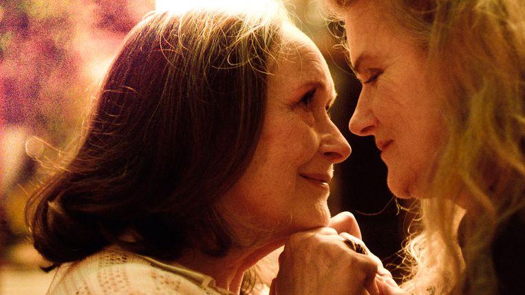 Madeleine (Martine Chevallier) en Nina (Barbara Sukowa) delen al tientallen jaren een geheime liefde. Beeld
