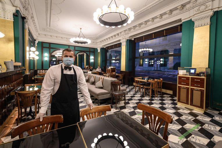 Een vrijwel leeg restaurant in Genève, Zwitserland. Zal het toerisme deze zomer nog enigszins aantrekken? Beeld AFP