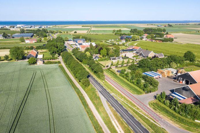 Het gedeelte van de Zanddijk tussen Kruiningen en Yerseke dat op de nominatie staat voor verbreding. Als de provincie voor dit scenario kiest, zullen enkele huizen aan de noordzijde (links op de foto) moeten wijken.