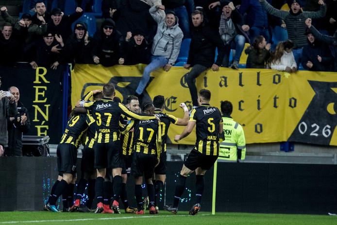 Feest in Arnhem. Spelers en aanhang van Vitesse genieten van de overtuigende overwinning op Feyenoord.