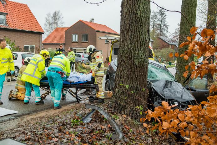 De bestuurder van de auto moest met behulp van de brandweer bevrijd worden uit de auto.