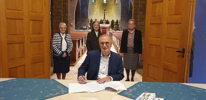 De ondertekening, met vooraan wethouder Jan Goijaarts