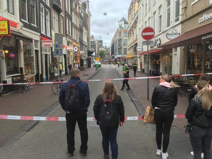De Oude Doelenstraat is afgesloten vanwege een mogelijk explosief in het water bij de kruising met de Oudezijds Voorburgwal.