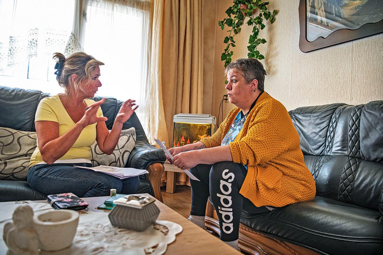 Bewindvoerder Simone van Rijn (links) in gesprek met Diana Mes. Beeld Guus Dubbelman / de Volkskrant