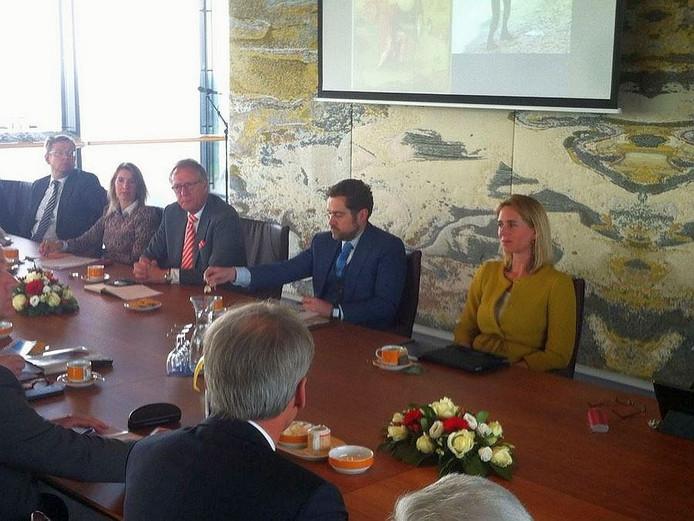 Staatssecretaris Dijkhoff (midden) wordt ontvangen op het Bossche provinciehuis.