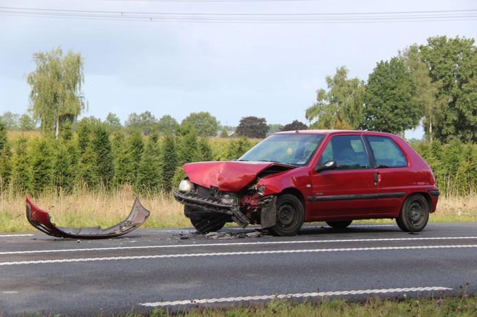 De auto moest na een flinke aanrijding op de N348 worden afgesleept.