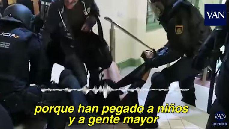 Op de beelden is te zien hoe de politieagent die de rechterhand van de vrouw vastheeft, haar vingers aan het breken is. De vrouw werd met haar rok omhoog van de trap gesleurd.