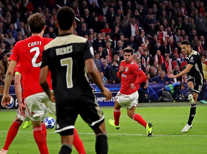 Noussair Mazraoui maakt de 1-0 tegen Benfica.