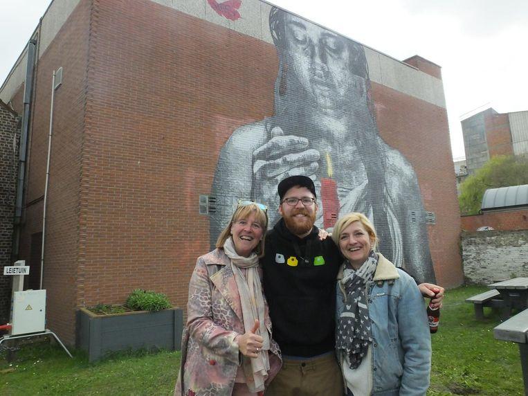 Nils met zijn aangetrouwde tante Poei en Anke Van Hoecke, de nicht van zijn mama, bij het kunstwerk.