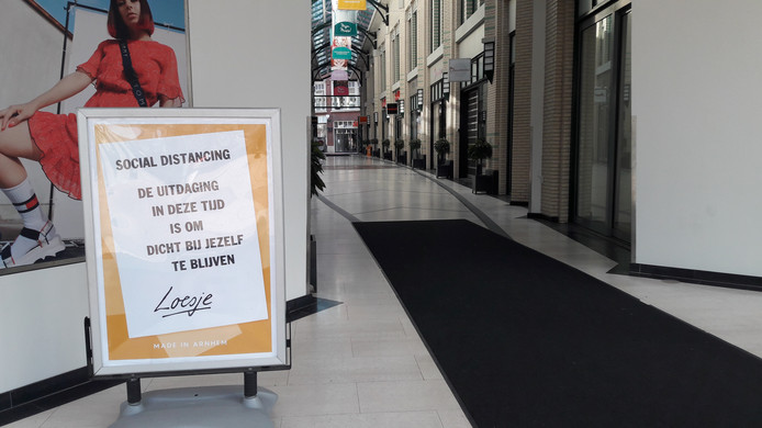 Commentaar van Loesje op de coranacrisis bij de gesloten winkels van het Musiskwartier in Arnhem.
