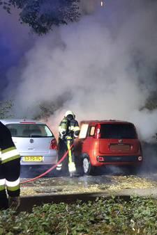VIDEO: Brand in geparkeerde auto aan Abdijlaan in Uden