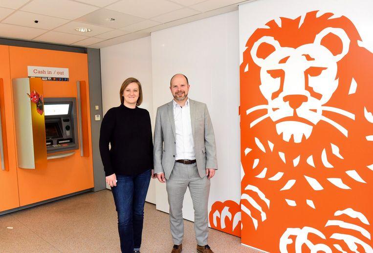 Cécile Grimonpont en David Duyck bij het logo van ING