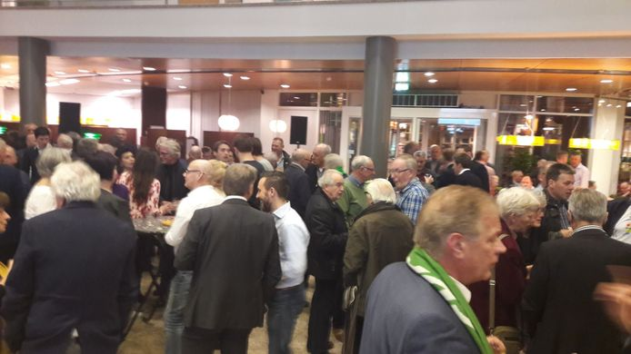 In Valkenswaard begint het rond 22.45 uur aardig druk te worden in het gemeentehuis.