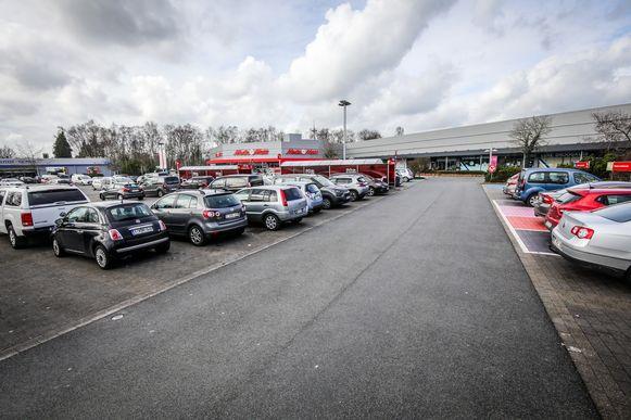 Het terrein aan de MediaMarkt en Carrefour wordt heraangelegd.