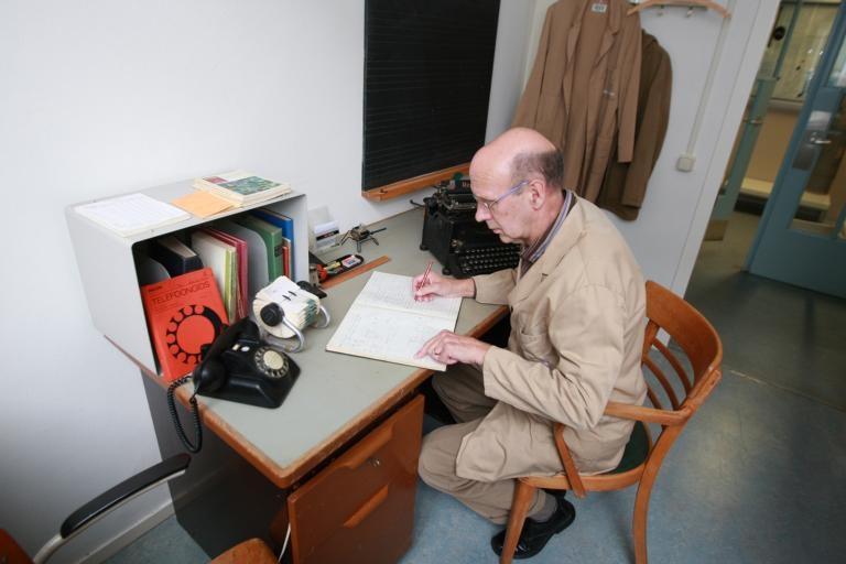 Een Philips-kantoortje anno 1953. Museummedewerker Richard Binnendijk heeft de stofjas aangetrokken.
