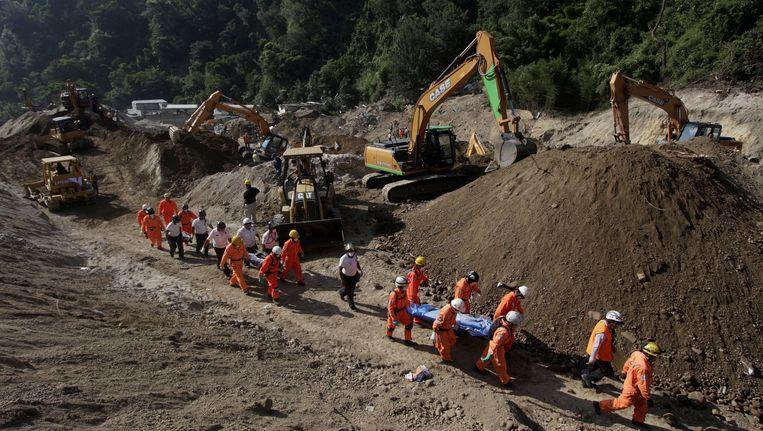 Reddingswerkers zijn nog steeds bezig met de berging van de slachtoffers.