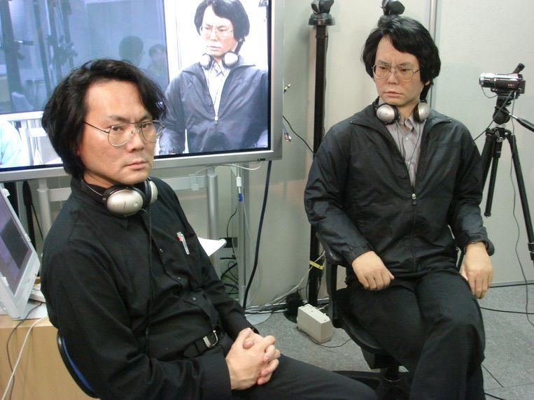 """De gelijkenis tussen Hiroshi Ishiguro en zijn 'Geminoid HI-4' is treffend. Toch is duidelijk dat de man rechts geen bloed door de aderen heeft stromen. """"Gigantisch moeilijk is het om een robot op een mens te laten lijken. Die zachte huid alleen al."""""""