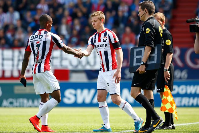 Frenkie de Jong maakt als invaller voor Terell Ondaan zijn debuut voor Willem II.