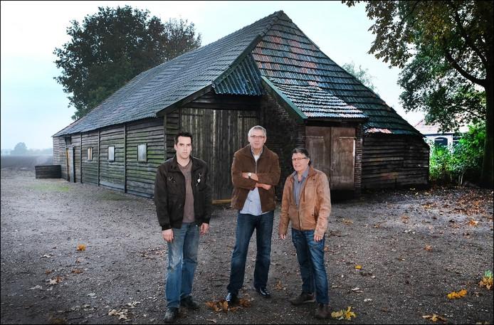 Jan Suijkerbuijk, Tiny Hendriks en Hans van den Broek bij de veldschuur die wordt afgebroken en in Oploo weer opgebouwd.
