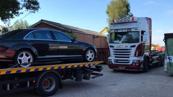Bij de inval in Montfoort werd onder andere deze personenauto in beslag genomen.