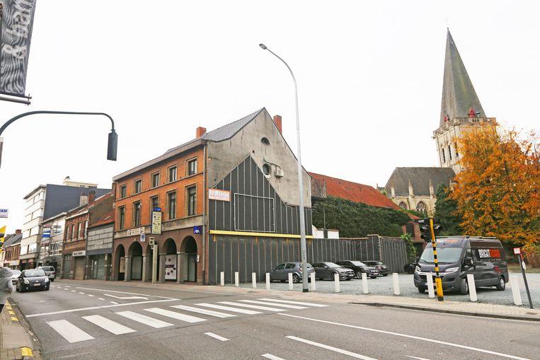 De gebouwen links op de foto verdwijnen onder de sloophamer. De huidige parking (rechts) verdwijnt en wordt verbouwd tot een autovrij pleintje.