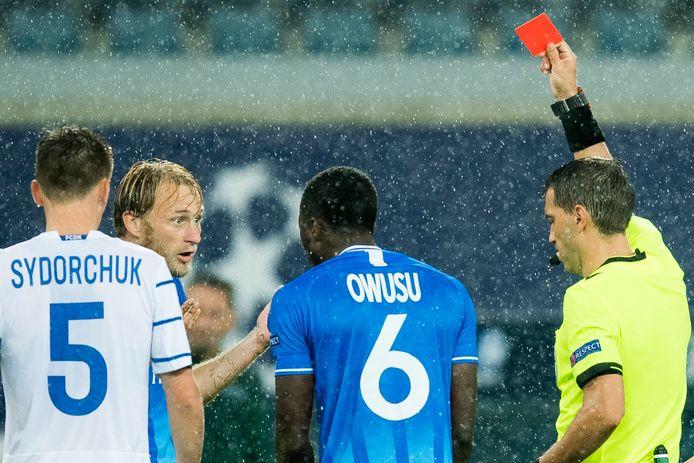 Roman Rezus krijgt de rode kaart.