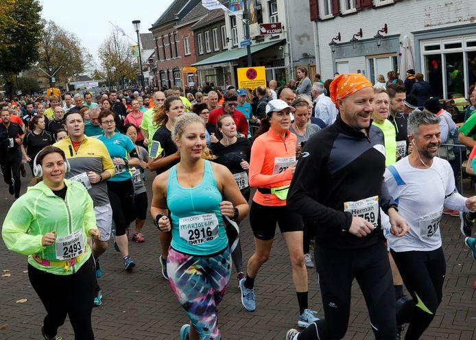 De 10 kilometer tijdens de Van Oers Marathon Brabant in 2017. Zo'n gezellig drukte is dit jaar vanwege het coronavirus geen optie, maar er wordt wél gelopen in en rond Etten-Leur.