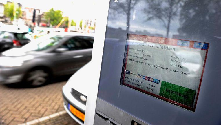 Amsterdam controleert parkeerders aan de hand van het opgegeven kenteken. Beeld anp