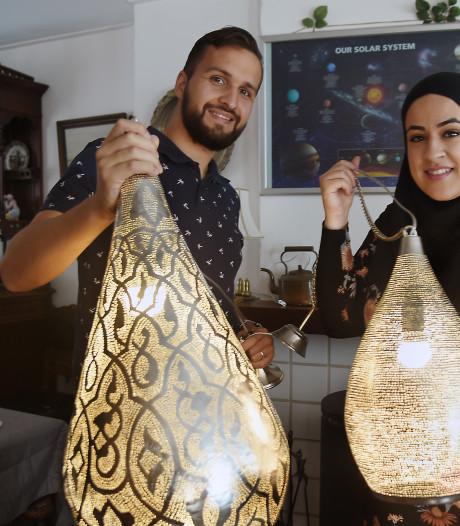 Jos en Manar verkopen Arabische lampen uit Caïro