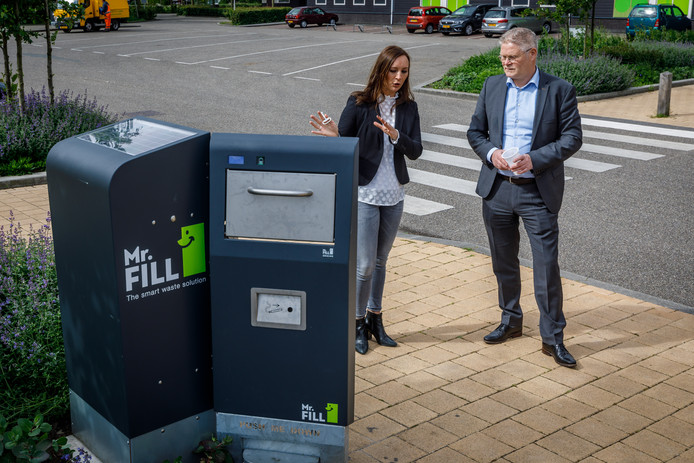 Wethouder Marcel Scheringa van de gemeente Steenwijkerland krijgt uitleg van Esther Ates van OFN over Mr Fill, een duurzame afvalbak, die de komende drie maanden in Giethoorn wordt getest.