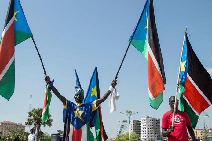 Mensen zwaaien met de vlag van Zuid-Soedan in hoofdstad Djoeba. Foto ter illustratie.