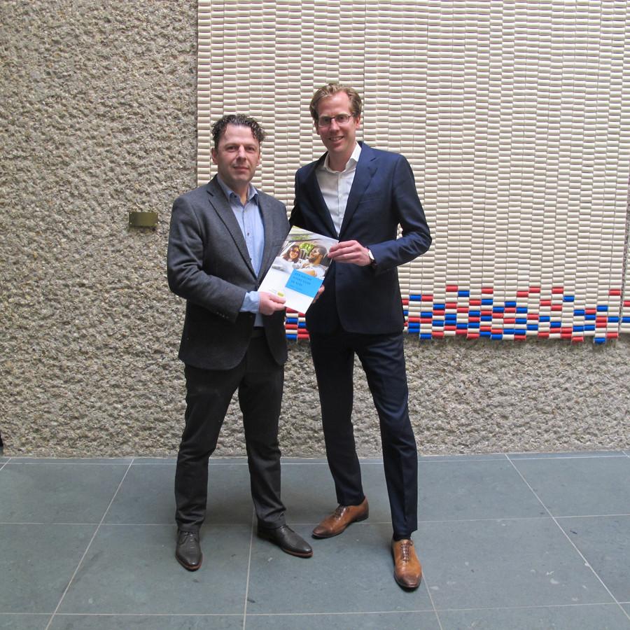 Bastiaan Beun (links) overhandigt het rapport aan gedeputeerde Christophe van der Maat van de provincie.