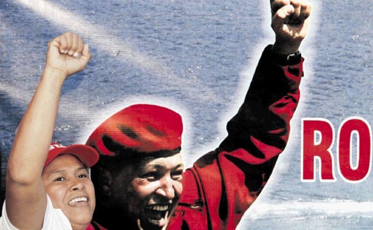 Een aanhanger van de Venezolaanse president Hugo Chávez gaat net zo strijdvaardig als zijn leider de verkiezingen in. (FOTO REUTERS) Beeld REUTERS