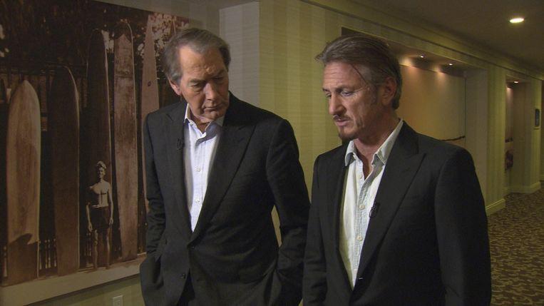 CBS News 60 Minutes-host Charlie Rose (links) praat met acteur Sean Penn. Beeld Reuters