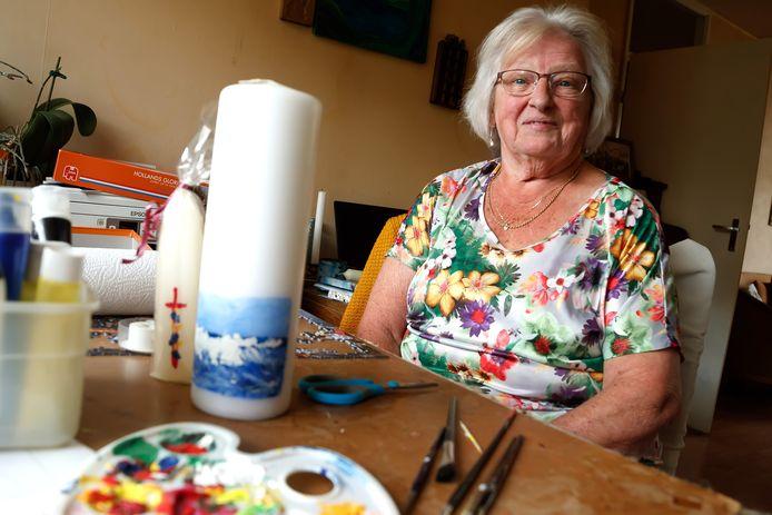Wil Hoogers was een van de personen die net voor Koningsdag een lintje kreeg. Hier zit ze aan de tafel waar ze onder meer aan haar doop- en trouwkaarsen werkt voor De Baai.