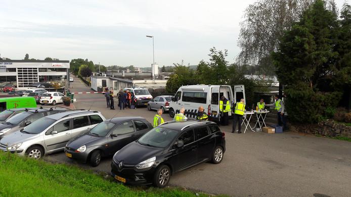 Belastingdienst en politie bij de ingang van camping Maaszicht in Kerkdriel.