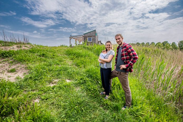 Kjeld Metsemakers en Linde Hullegie (met in haar armen baby Sim) bij hun tiny house in Dronten.