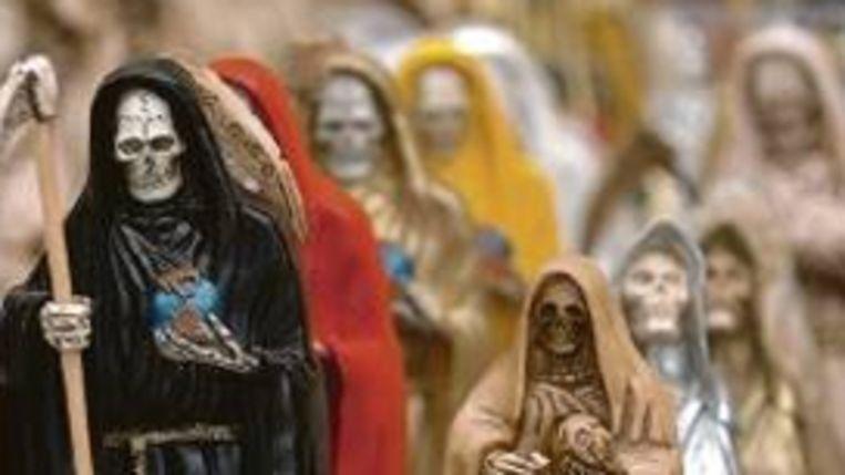 Beeldjes van de Heilige Dood in marktkraam in Mexico Stad. (EPA) Beeld