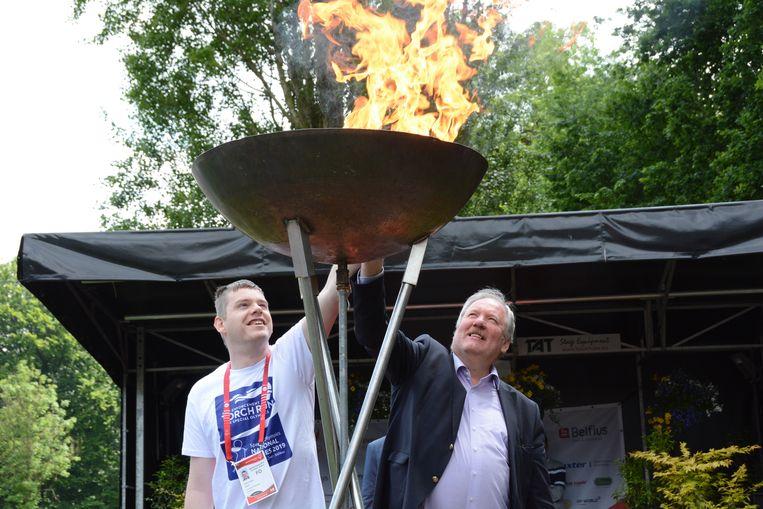 Kristof Jacobs mocht samen met burgemeester Marc Van de Vijver het olympisch vuur aansteken.