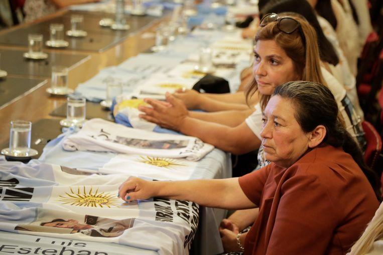 Familieleden van de crew van de duikboot wachten op president Mauricio Macri voor een onderhoud in Casa Rosada, Buenos Aires, Argentinië.
