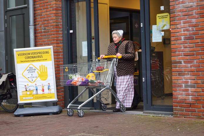 Jumbo in Bunschoten hield gisteren voor het eerst een ouderenuurtje. Tussen 8 en 9 uur 's ochtends konden ouderen terecht voor een rustig moment om boodschappen te doen.