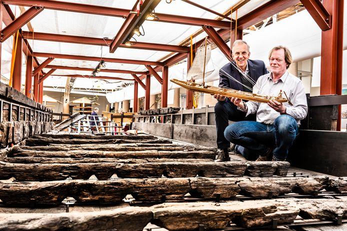 Tom Hazenberg en Jack Veldman zitten in 2019 in de gerestaureerde achtersteven van het Romeinse schip in Archeon.