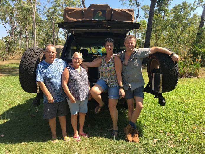 Brigitta van Dolder met haar ouders en man in Australië bij de auto waarmee ze ongeluk hebben gehad.