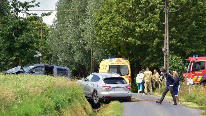 Auto's botsen op kruispunt met beperkte zichtbaarheid: één gewonde