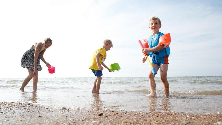 Mensen op het strand van Oostkapelle deze zomer. Beeld ANP
