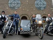 Strak in 't pak op de motor door Enschede voor het goede doel