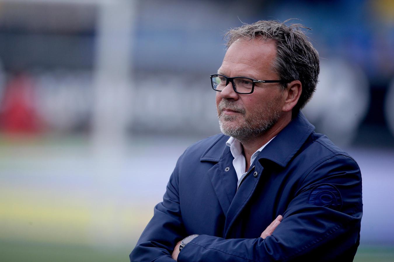 Coach Henk de Jong van De Graafschap tijdens het eerste duel met zijn aanstaande club Cambuur.