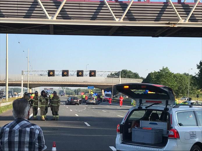 Alle rijstroken op de A16 richting Rotterdam zijn dicht door het ongeluk.